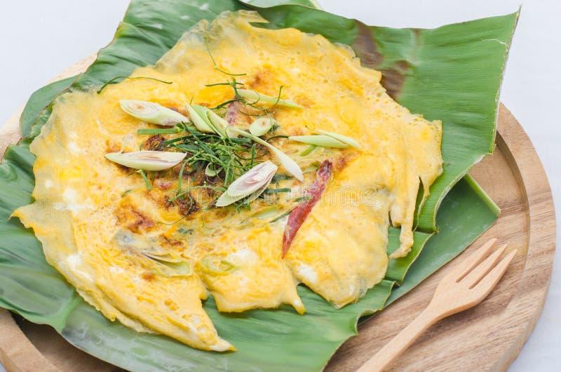 Smażący jajka z bananowym liściem zdjęcie royalty free