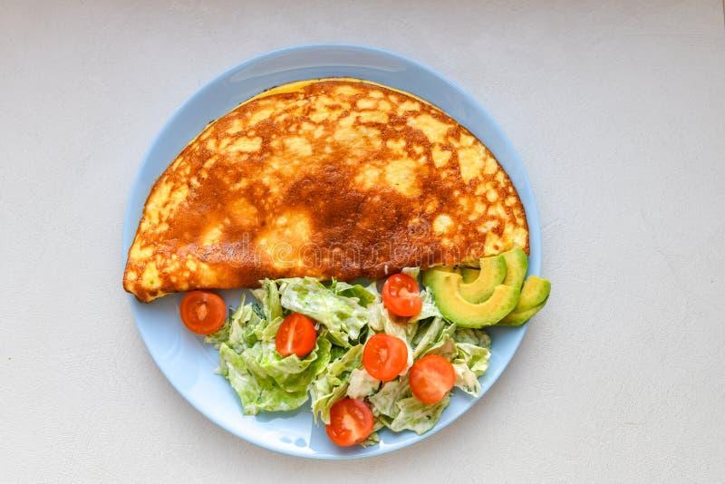 Smażący jajka z jarzynową sałatką Omlet z jarzynow? sa?atk? zdjęcia stock