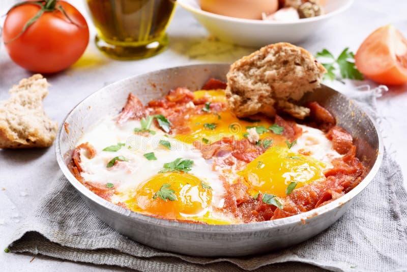 Smażący jajka z pomidorami i bekonem fotografia royalty free