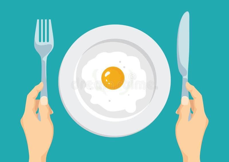 Smażący jajko w białym talerzu Ręki trzyma rozwidlenie i nóż royalty ilustracja