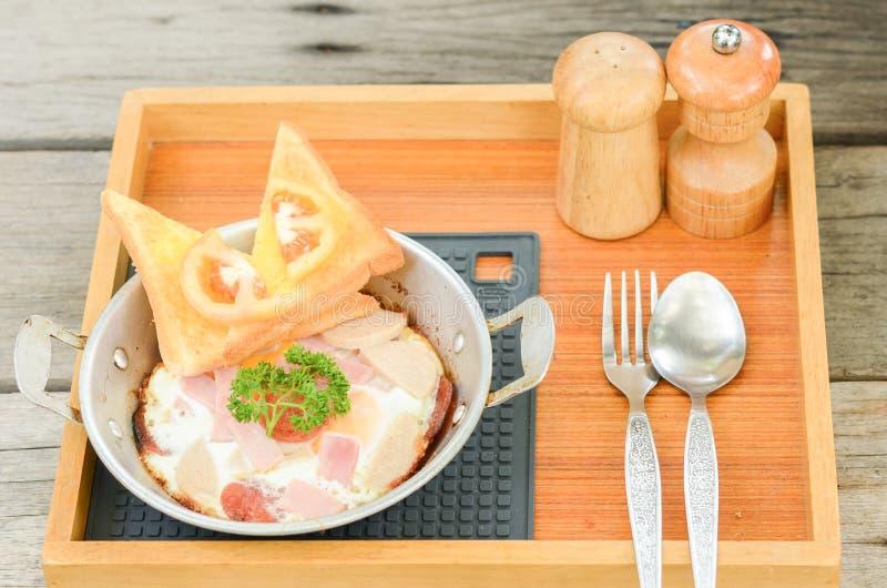 Smażący jajko z polewami na drewnianym tle ?niadaniowy jedzenie w Tajlandzkim stylu fotografia royalty free