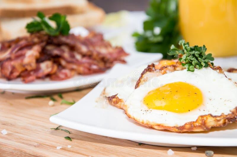 Smażący jajko z porcją bekon zdjęcie stock