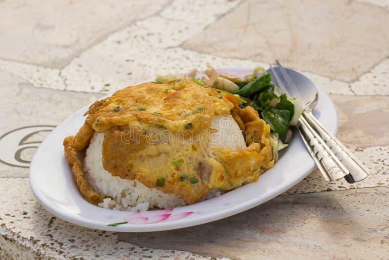 Smażący jajko z ryż na talerzu zdjęcie stock
