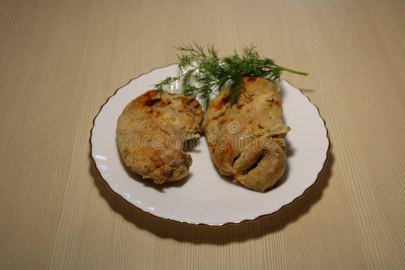 Smażący kawałki kurczak w talerzu na stole obrazy stock