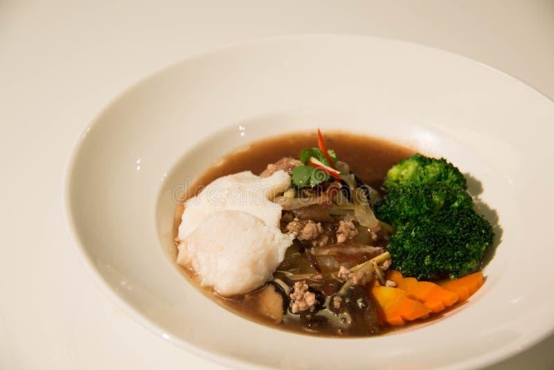 Smażący kluski z ryba i brokułami zdjęcie royalty free