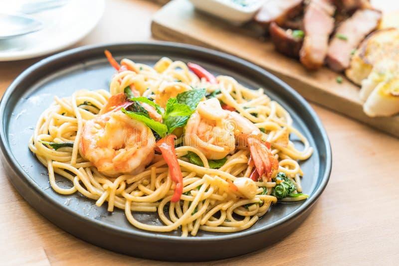 Smażący korzenny spaghetti z garnelą fotografia royalty free
