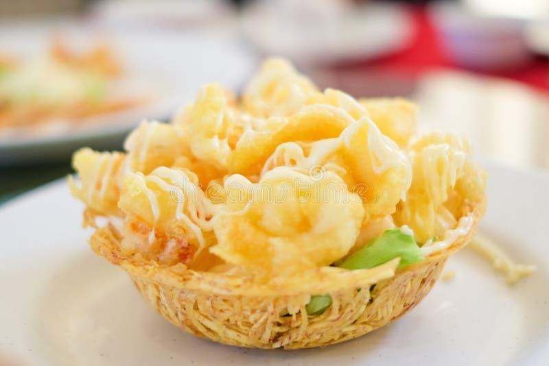 Smażący krewetkowy sałatkowy kremowy serw na mąka koszu dla karmowego backgrou zdjęcia stock