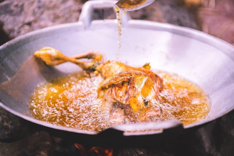 Smażący kurczaka w smażyć nieckę z olejem w pełni zdjęcie royalty free