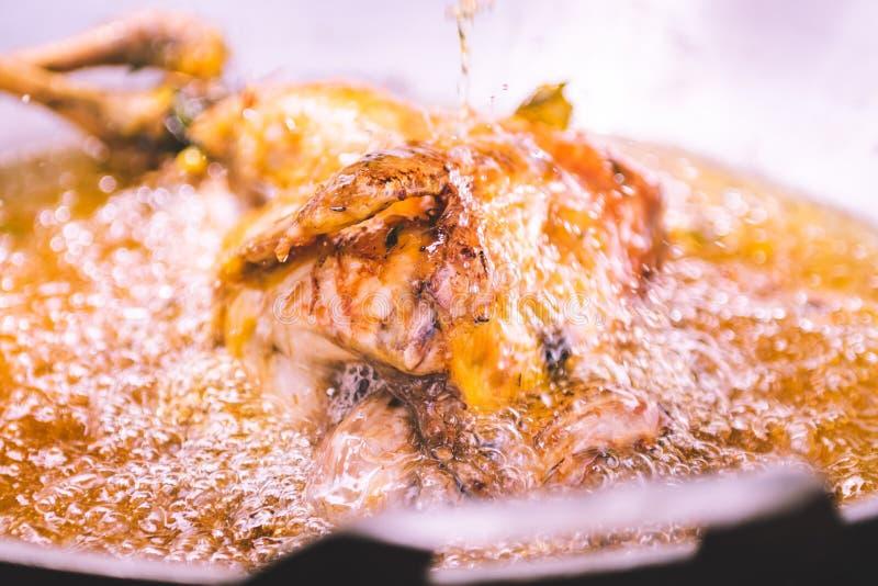 Smażący kurczaka w smażyć nieckę z olejem w pełni zdjęcia royalty free