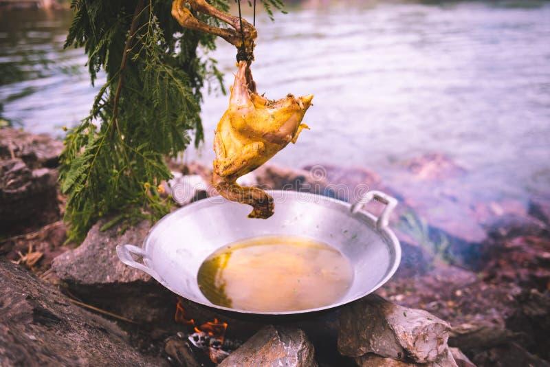 Smażący kurczaka w smażyć nieckę z olejem w pełni obraz royalty free