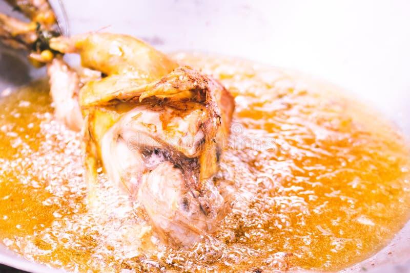 Smażący kurczaka w smażyć nieckę z olejem w pełni obrazy stock