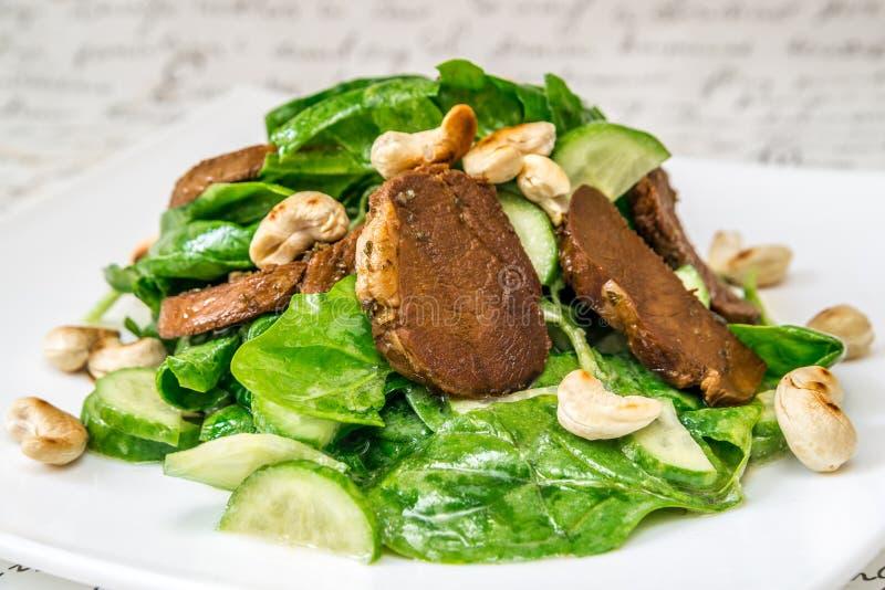 Smażący mięso, dokrętki i sałatka, zdjęcie stock