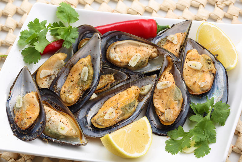 Smażący mussels z pieprzem i czosnkiem zdjęcia stock