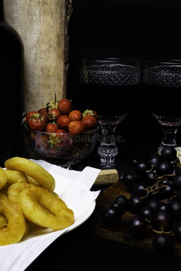 smażący ośmiornicy calamari z, kałamarnicy lub, butelka czerwone wino, dwa szkieł niezdrowy jedzenie obraz stock