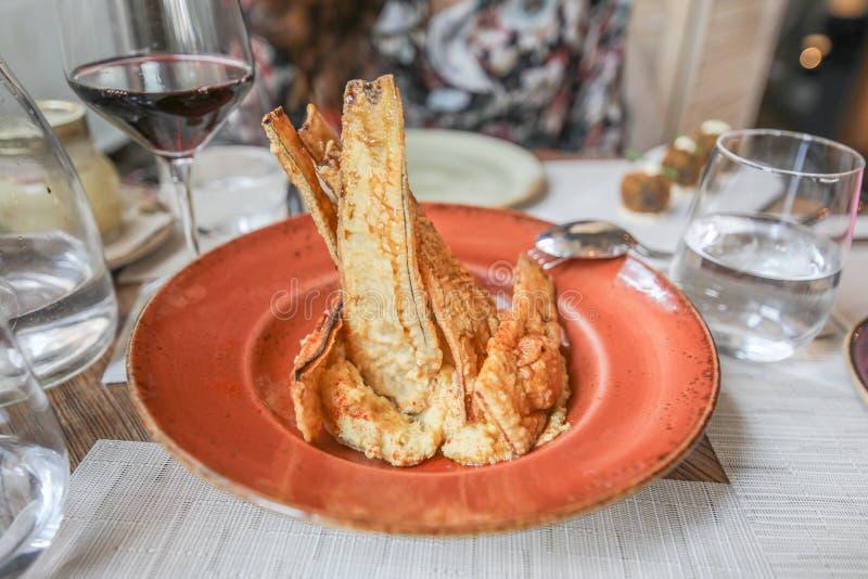 Smażący oberżyna plasterki na pomarańczowym naczyniu w restauracji fotografia royalty free