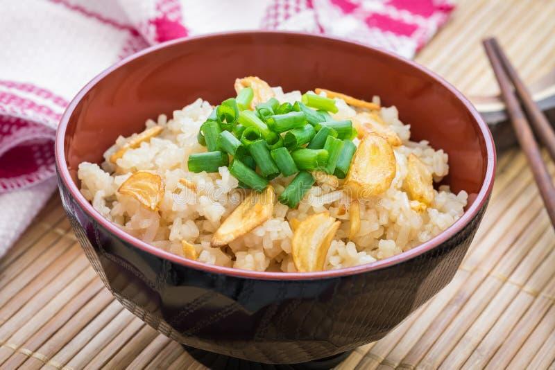 Smażący ryż z czosnkiem w pucharze obrazy royalty free