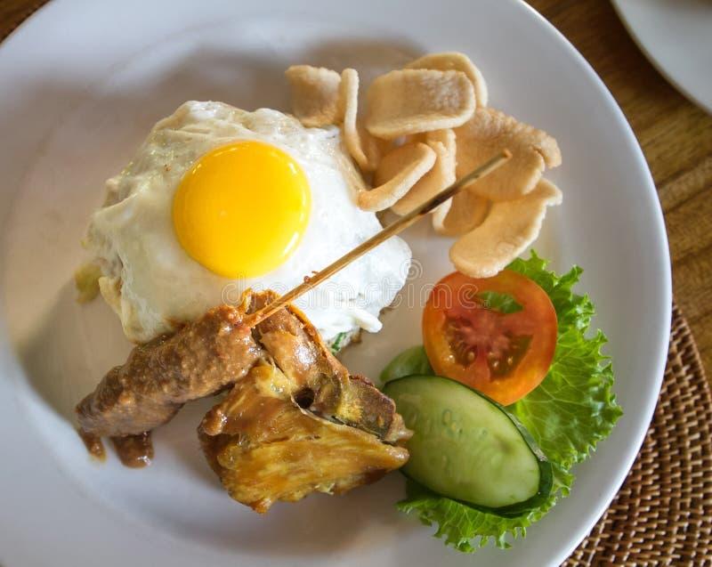 Smażący ryż z jajkami i kurczakiem obrazy stock