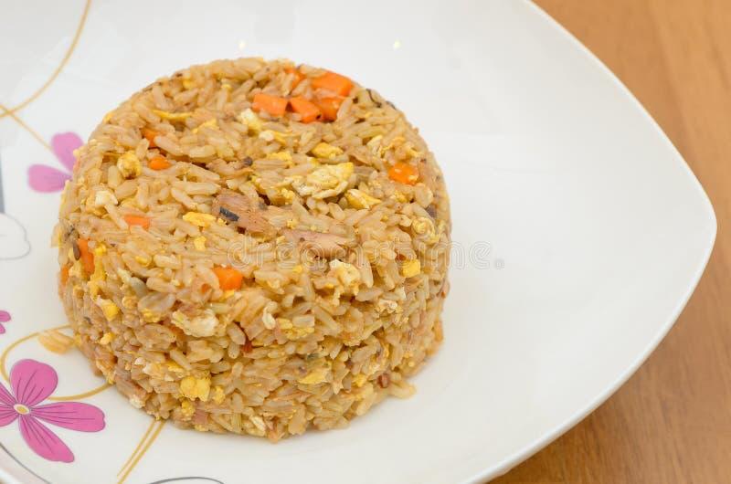 Smażący ryż z sardynkami w ketchupie obrazy stock