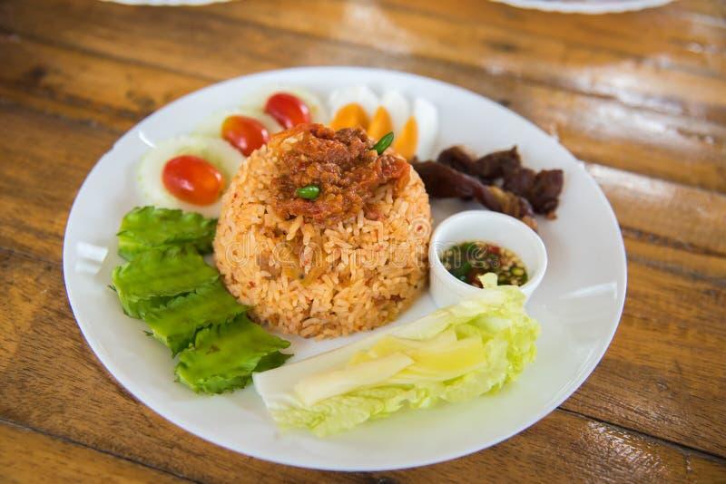 Smażący ryżowy korzenny kumberland na wierzchołku z warzywem fotografia stock