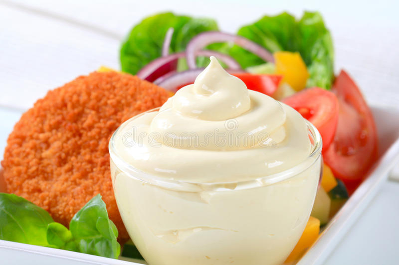 Smażący ser z jarzynową sałatką i majonezem obraz stock