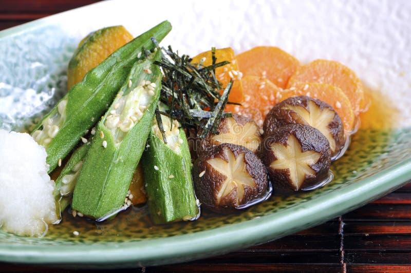 Smażący shiitake i okra zdjęcia stock