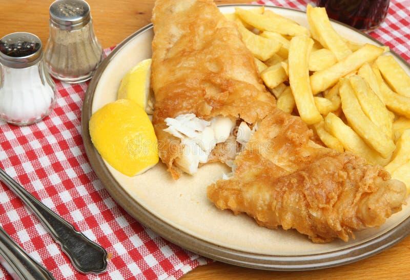 Smażący układy scaleni na talerzu & ryba zdjęcia royalty free