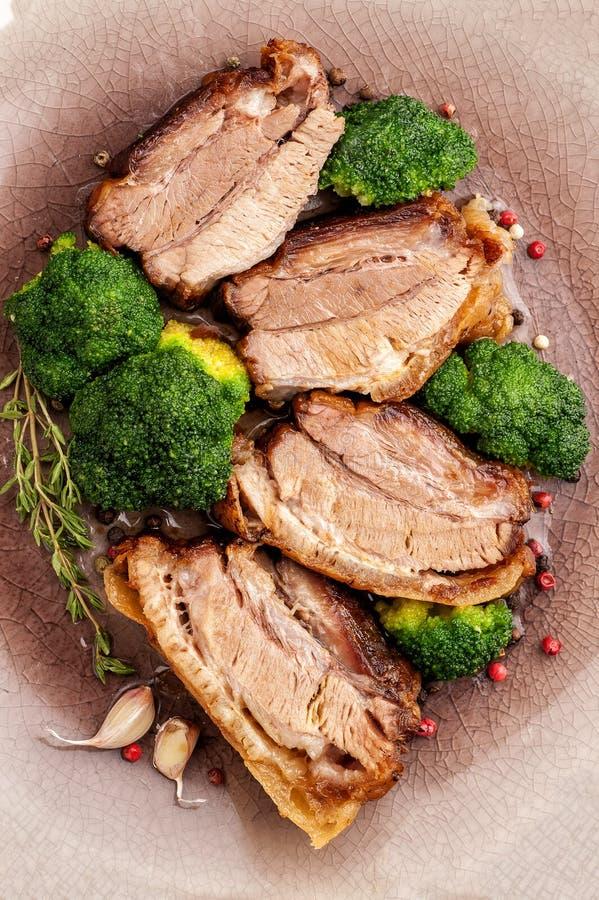Smażący wieprzowina brzuch z brokułami obraz stock