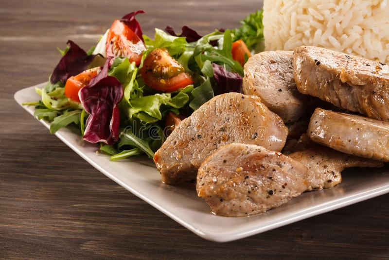 Smażący wieprzowiny loin, biali ryż i warzywo sałatka, zdjęcie stock