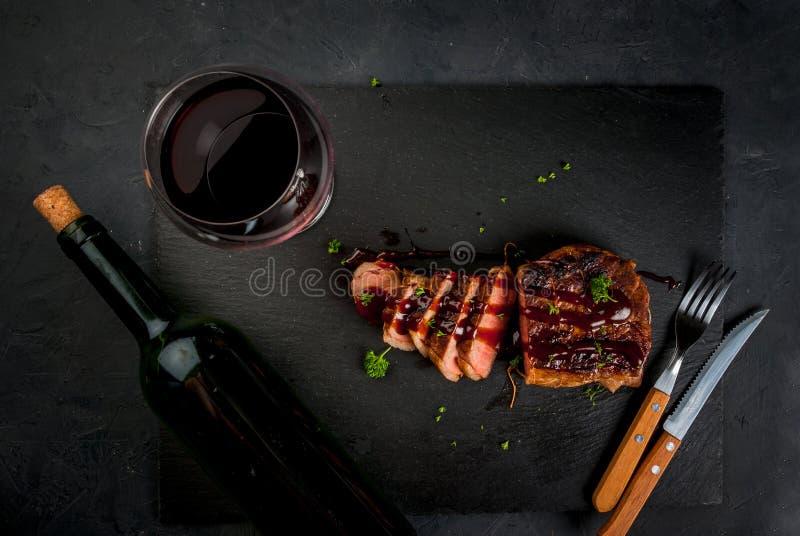 Smażący wołowina stek z winem obrazy stock