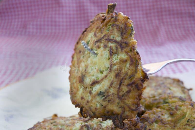 Smażący zucchini fritters obraz royalty free