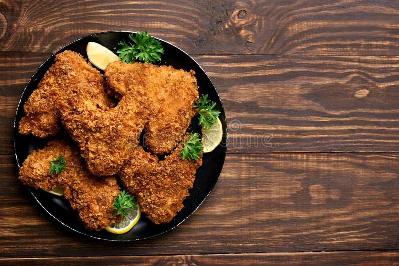 Smażę breaded kurczaków skrzydła obraz royalty free