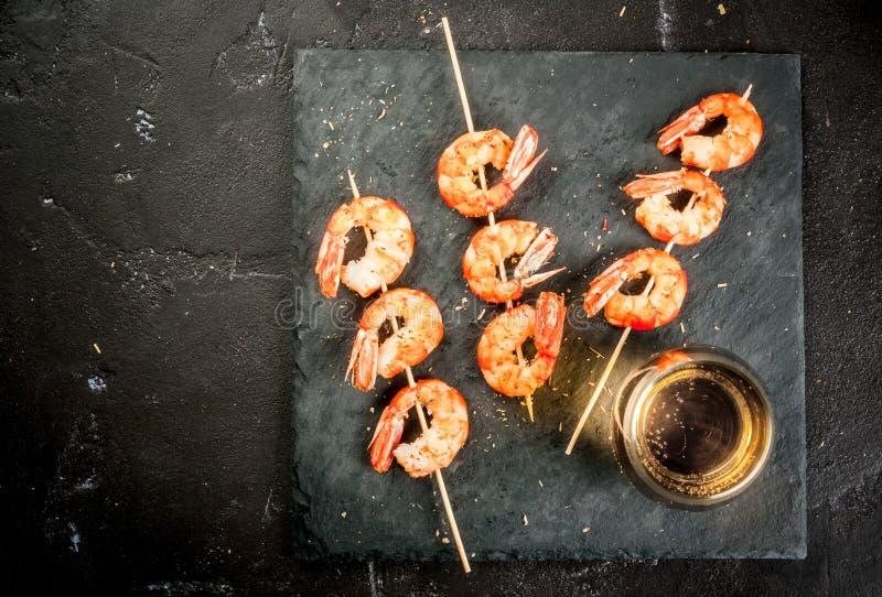 Smażę piec na grillu krewetkowe krewetki z białym winem fotografia stock