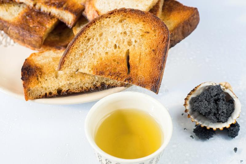 Smażę pokrajać chleb, filiżankę herbata i kawiora w skorupie, zdjęcie royalty free