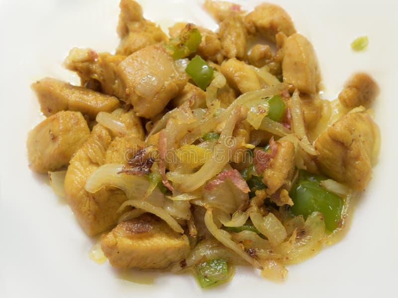 Smażę siekał kurczaków kawałki z warzywami, W górę zdjęcie stock