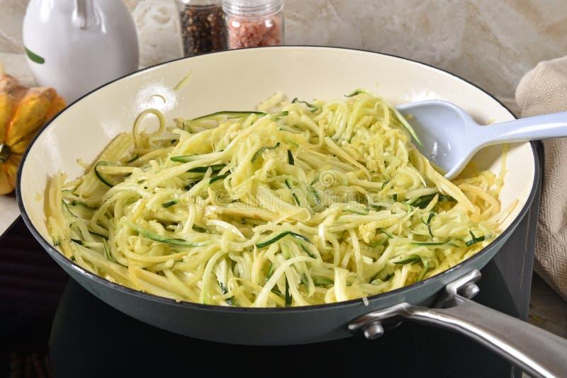 Smażonego zucchini i żółtego kabaczka kluski zdjęcie stock