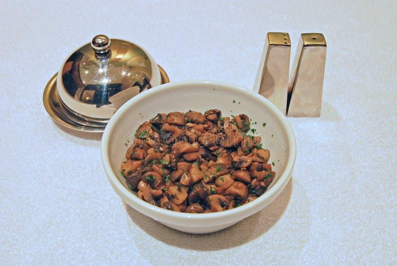Smażony pieczarkowy boczny naczynie z pieprzem, solą i masłem, obrazy stock