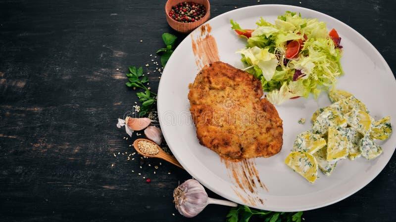 Smażony schnitzel z ziemniakami i warzywami zdjęcie stock