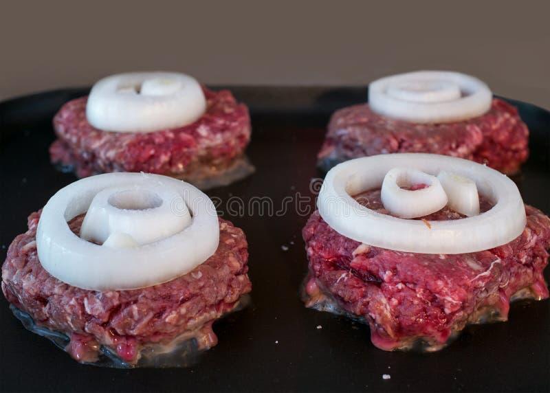Smażyć hamburgery na górze kuchenki obrazy stock