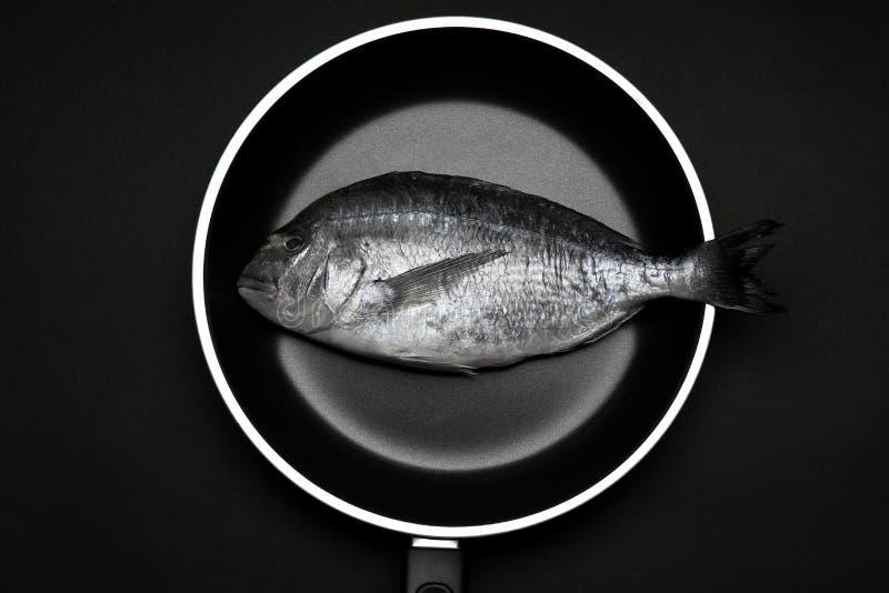 Smażyć nieckę z świeżą dorado ryba fotografia stock