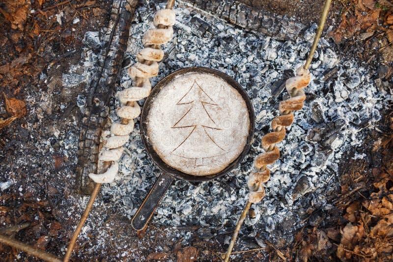 Smażyć nieckę z chlebem na węglach ogień w wiosna lesie fotografia stock