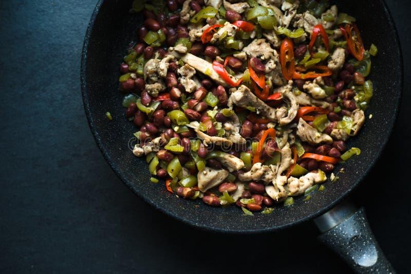 Smażyć nieckę z gotowego fajita odgórnym widokiem kuchnia zieloną meksykańskiego sosu ostre tacos tradycyjne fotografia royalty free