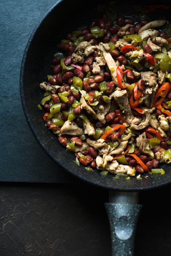 Smażyć nieckę z gotowym fajita zbliżeniem kuchnia zieloną meksykańskiego sosu ostre tacos tradycyjne zdjęcia royalty free