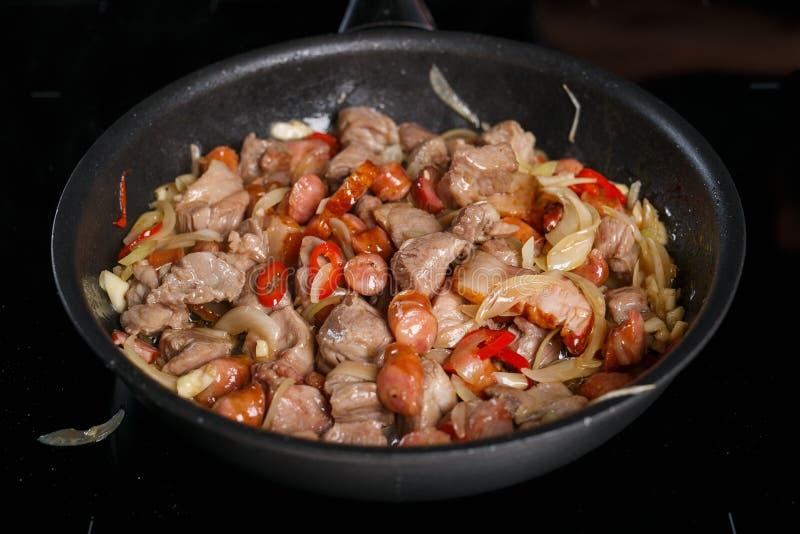 Smażyć nieckę z różnymi rodzajami mięso, cebule i chili, zdjęcia royalty free