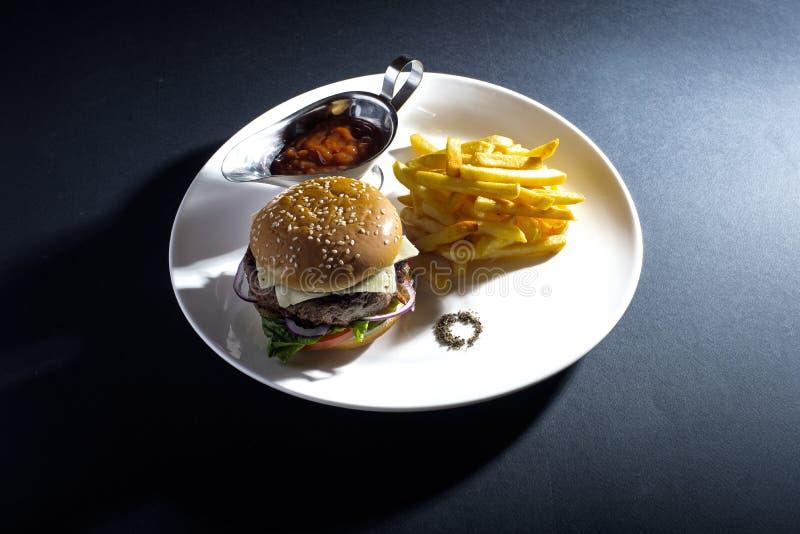 smaży hamburger obraz royalty free