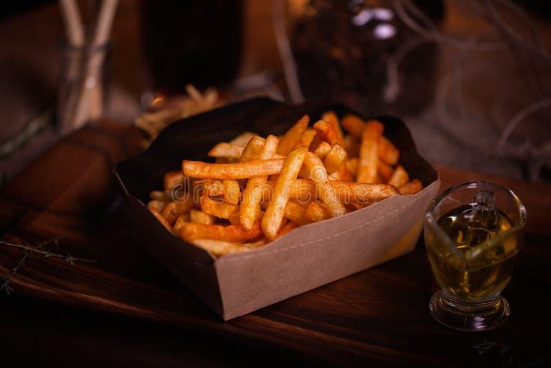 Smaży karmową fotografię Uliczny jedzenie Niezdrowi smakowici piec na grillu francuscy dłoniaki w domowej roboty rzemiośle boksuj zdjęcie royalty free