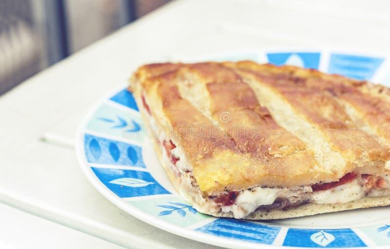 Sma??ca calzone pizza z baleronem, mozzarella, pomidory od piekarnia sklepu Catania, Sicily, W?ochy fotografia royalty free