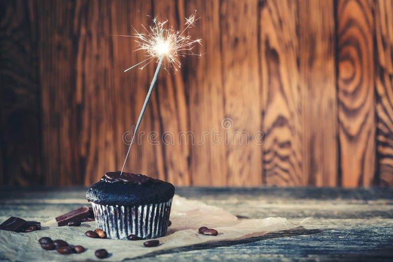 Smaczne ciasto czekoladowe z musującym na drewnianym tle Koncepcja wszystkiego najlepszego Cukierek czekoladowy zdjęcie stock