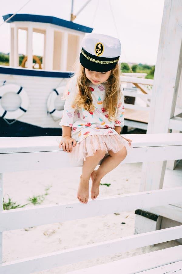 Smailingsmeisje genieten die op een luxejacht varen stock foto