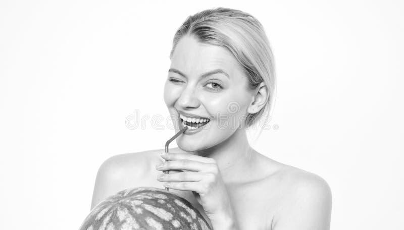 Smak av sommarbegreppet Kvinnan tycker om naturlig fruktsaft Vattenmeloncoctaildryck Smutt av friskhet T?rstig flicka royaltyfria foton