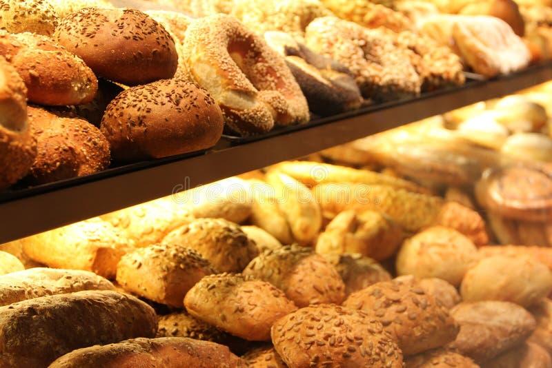 Smakelijk brood op showcase stock foto's